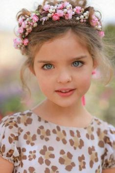 Resultado de imagem para mãos com flores lindas Precious Children, Beautiful Children, Beautiful Babies, Beautiful Flowers, Cute Little Baby, Baby Kind, Cute Kids, Cute Babies, Kids Dress Wear
