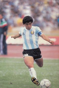 Football Images, Football Icon, Soccer Players, Running, Legends, Soccer, Sports, Football Soccer, Nostalgia