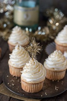 This easy champagne cupcake recipe with champagne frosting is a New Year's Eve dessert you won't want to miss! How to make champagne cupcakes using a box cake. New Years Eve Dessert, New Years Eve Food, New Years Eve Party, New Years Wedding, Cupcakes Au Champagne, Champagne Recipe, Silvester Snacks, Silvester Party, Dessert Parfait