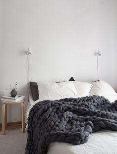 Cozy Scandinavian style bedroom with super chunky dark grey banket from Ohhio. Photo Decordots