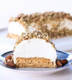 Tarta de yogur griego con nueces y miel, un postre saludable inspirado en los postres típicos de Grecia. Hecho con una base de pionono de avena.