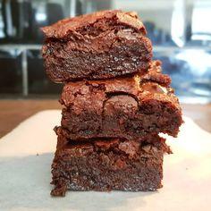 Este brownie les va a encantar 🤤. Desde que comenzamos, hemos preparado decenas de brownies distintos, y por fin hemos llegado al que mas nos gustó 👌. Y como nos gusta compartir lo bueno, les compartimos la receta de esta maravilla: 🌱2un.huevos de linaza 🌱1/4taza(57g) margarina vegana 🌱1taza(200g) azúcar(pueden mezclar 50/50 con azúcar morena) 🌱1/2cda.esencia de vainilla 🌱1/2taza(67g) harina 🌱1/2taza(43g) cacao en polvo sin azúcar 🌱1/2taza(100g) chips de chocolate… Cacao, Brownies, Desserts, Food, Vegan Chocolate, Chocolate Chips, Brown Sugar, Linseed Oil, Vanilla