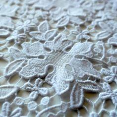 Dantela groasa alba de bumbac SJ306W. Dantela brodata din bumbac de culoare ivoriu este recomandata pentru confectionarea rochiilor de zi, rochiilor de cocktail sau pentru articole vestimentare deosebite. Materialul este de calitate superioara facut in Coreea de Sud.  Latime   129/ 130 (cm)  Compozitie (%) Bumbac 100%