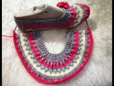 elti-gorumceye-yapti-patik-modeli See other ideas and pictures from the category menu…. Knitting Blogs, Knitting Stitches, Knitting Socks, Knitting Patterns, Crochet Patterns, Mens Knitted Scarf, Knitted Bags, Crochet Shoes, Crochet Clothes