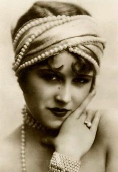 Cross Stitch Collectibles - - - Flapper with Beads - All Patterns - Black and White - Celebrities - Monochrome - Photographs - Portraits - Vintage Art - Cross Stitch Collectibles Vintage Versace, Vintage Dior, Vintage Glamour, Vintage Vogue, Vintage Beauty, Vintage Ladies, Vintage Fashion, Edwardian Fashion, Images Vintage
