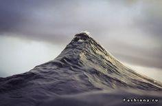 Фотограф снимает австралийские волны, похожие на горы