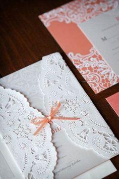 El papel de blonda es un elemento decorativo muy elegante para adornar las invitaciones de boda.