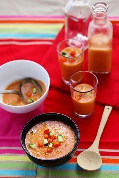 ☼ ~ Gaspacho andalou ~ •500 g de tomates en grappe bien mûres •1 poivron rouge moyen •3 oignons nouveaux (sans le vert) ou un demi-oignon rouge •3 tranches de pain de campagne (hypotoxique pour moi) •1 concombre moyen •1 petite gousse d'ail dégermée (ou 2 gousses d'ail nouveau) •vinaigre de Xérès pur •huile d'olive vierge extra •piment en poudre (pimento) •sel