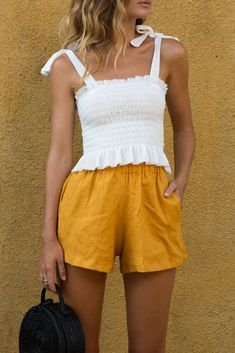 Summer Street Style – 34 Ideas and suggestions for the most stylish summer outfits - Outfit Styles Stylish Summer Outfits, Cool Outfits, Fashion Outfits, Fashion 2017, Style Fashion, Yellow Shorts Outfit, Mode Pop, Lookbook, Mellow Yellow