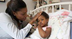 Mãe verifica temperatura de criança com febre