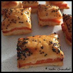 Une idée simple pour un apéritif. - 1 pâte feuilletée à dérouler - 3 tranches de saumon fumé - graine de pavot - jaune d'oeuf Dérouler la pâte et couper la en 2. Sur la 1ère moitié déposer les tranches de saumon et recouvrir de la 2ème moitié. Badigeonner... Tapas, Healthy Snacks, Healthy Recipes, Party Finger Foods, Food Photo, Brunch, Good Food, Food And Drink, Cooking Recipes