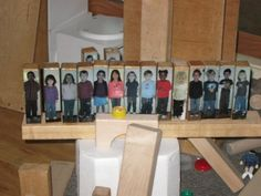 Taking photos of each child and gluing them to a block. Makes it very personal and include in the classroom, incorporating these blocks into normal block and construction play. From a Reggio inspired website. Reggio Classroom, Preschool Classroom, Classroom Activities, Classroom Organization, In Kindergarten, Preschool Ideas, Preschool Block Area, Preschool Pictures, Childcare Activities