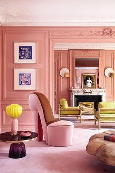 건축가이자 디자인 스튜디오인 루즈 압솔뤼의 디자이너 제랄린 프리외르의 파리 아파트는 과감한 컬러 매치와 상상 속에서 끄집어낸 듯한 독특한 가구가 어우러졌다. 집 안에 컬러를 불어넣으려는 신혼집 꾸미기에 좋은 롤모델이 되어주는 집 안으로 들어갔다. 제랄딘이 직접 만든 컬러인 '치크 Cheek 분홍색'으로 곱게 칠한 거실. 로스앤젤레스 벼룩시장에서 구입한 구두 모양의 독특한