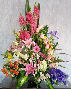 Surtido Exótico Mediano $995.00 Diseño floral en base tradicional mediana con flor exótica variada de temporada. Es importante hacerle saber, que al solicitar un arreglo, este puede presentar