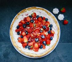 Tarte express aux fruits rouges Petite Meringue, Desserts, Food, Whipped Cream, Red Currants, Seasonal Recipe, Shortbread, Parchment Paper Baking, Red Berries