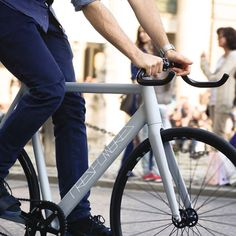 Rollin' through the downtown with this classy gray-matt machine #treshombres #treshombresbikes #fixie #fixedgear #fixieporn #bike #bayern #bavaria #bikeporn #munich #hplusson #classy we are kicking off very soon, stay tuned!