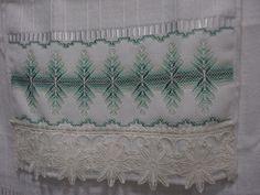 Jogo de toalha bordada em vagonite com aplique em guipir, medida das toalhas: 30x45 cm e 50x80 cm, marca dohler, cor da toalha branca e bordado em verde.  Pode ser feita sobre encomenda na cor de sua preferencia, prazo de confecção é de 10 dias.