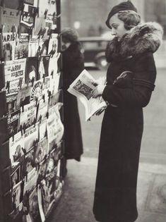 Mlle Elisabeth Argal, Miss Paris 1934, devant les journaux relatant sa victoire