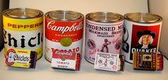 Velas em latas com rótulos em homenagem às mais icônicas marcas do Século XX.
