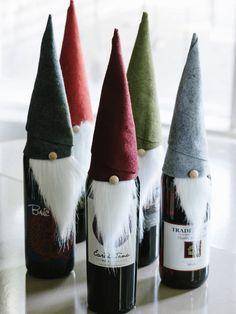Joulun aikaan tulee vierailtua. Yleensä mukana kulkee jotain syötävää ja juotavaa, koska on mukavaa ilmestyä paikalle tuomisten kanssa. Piparkakut ja suklaarasia ovat mielestäni loistava tuominen (luomuna tietenkin), sillä ne eivät mene pahaksi hetkessä ja tulevat ihan varmasti syödyksi. Hyvä viinipullo kulkee myös vierailuilla mukana. Sen voi koristella esimerkiksi näin. Tarvitset askarteluhuopaa, villakangasta (vanhoista vaatteista), yhden …