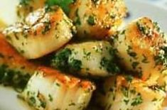 Scallops with garlic butter - Christine ETIENNE - - Coquilles Saint Jacques au beurre d'ail Roasted scallops in persillade Healthy Chicken Recipes, Easy Healthy Recipes, Crockpot Recipes, Winter Dinner Recipes, Easy Dinner Recipes, Coquille Saint Jacques, Clean Eating Dinner, Dinner Entrees, Cheap Dinners
