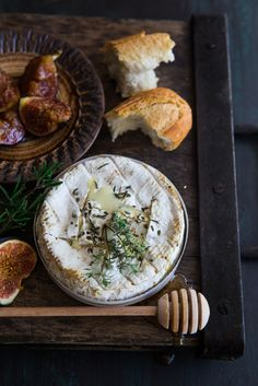 Oven Baked Camembert with Figs. Easy fast delicious heart warming Oven Baked Camembert with Figs Think Food, Love Food, Tapas, Wine Recipes, Cooking Recipes, Baked Camembert, Queso Camembert, Baked Brie, Roasted Figs
