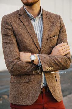Acheter la tenue sur Lookastic:  https://lookastic.fr/mode-homme/tenues/blazer-brun-gris-pantalon-chino-bordeaux-ceinture-brun/1563  — Chemise à manches longues à rayures verticales gris  — Blazer en laine brun  — Ceinture en cuir brun  — Pantalon chino bordeaux