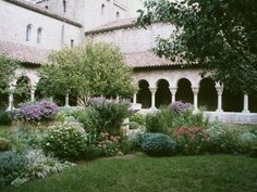 10 Museums With Gardens As Impressive As Their Art Collections - THE CLOISTERS MUSEUM & GARDENS A branch of The Metropolitan Museum of Art in New York City, The Cloisters is devoted to the artistry and architecture of medieval Europe. The main structure was built from architectural remains that date from the 12th through the 15th century, but it's the gorgeous gardens that steal the show.