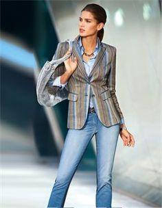 Blazer in Streifendessin, Collier mit Keramikelementen, Ledergürtel mit Prägung, Beuteltasche, Jeans in Patch-Optik, Bluse mit Kontrastnähten
