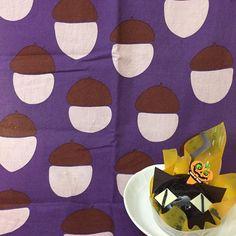 """123 Likes, 2 Comments - romi (@romiluluchocolat) on Instagram: """"黒猫ちゃんのケーキ ハロウィンカラーの手ぬぐいと合わせたいなぁ〜と思ったけど、案外持ってなくて、紫系のどんぐりのてぬを選択 #てぬぐい #手ぬぐい#手拭い#tenugui #てぬスタグラム…"""""""