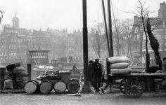 De Geldersekade met op de achtergrond de Spaansekade en de Nieuwe Haven. De foto is genomen in 1930 en bevindt zich in het archief van Spaarnestad.