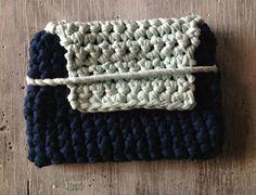 Bolso de mano con solapa hecho a mano.  http://customizandomivida.blogspot.com.es/2015/06/bolso-de-trapillo-para-el-ipad.html#more