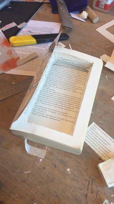 6. Ik heb de kartonnen weg gehaald omdat ik toch denk dat het niet helemaal op een kast lijkt. Ik heb hier het midden van het boek weggesneden met een stanleymesje om de kast diepte te geven zodat ik er voorwerpen in kan leggen.