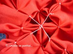 Amigas, depois que comecei a fazer o patchwork não bordei mais capitonê, mas tenho recebido vários pedidos. E hoje ao deparar com essa almo... Red Throw Pillows, Throw Pillow Covers, Decorative Throw Pillows, Smocking Tutorial, Smocking Patterns, Canadian Smocking, Petal Floral, Ladder Stitch, Craft Kits