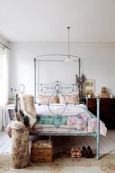 Cute shabby room for a small bedroom.