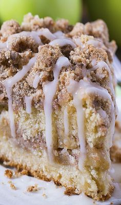 Cinnamon Apple Crumb Cake ~ This coffee cake loaded with apples and crunchy brown sugar-cinnamon streusel crumbs, drizzled with apple cider glaze. Are you ready for fall baking? Cinnamon Apple Crumb Cake is the perfect dessert for crisp weather coming up. Just Desserts, Delicious Desserts, Yummy Food, Creative Desserts, Healthy Desserts, Food Cakes, Cupcake Cakes, Cupcakes, Apple Crumb Cakes