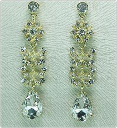 Confeccionado:    Peças metalizadas texturizadas douradas em arabescos,  64 strass legítimos transparentes, 2 chatons espelhados  transparentes. R$ 34,90