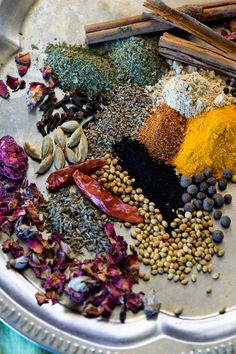 Like curry powders, there is no one recipe for a Ras el Hanout Spice blend, an outrageously aromatic North African spice blend with influences from India. Homemade Spice Blends, Homemade Spices, Homemade Seasonings, Spice Mixes, Cooking Ingredients, Cooking Recipes, Smoker Recipes, Rib Recipes, Cooking Tips
