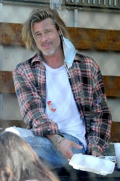 Brad Pitt And Angelina Jolie, Great Haircuts, Things Under A Microscope, Simple Shirts, Clothing Labels, Hollywood Actor, Cotton Style, Divorce, Work Wear