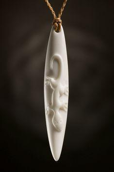 Eidechse Tropfen Schmuck Anhänger aus Knochen mit Symbol Bedeutung aus Neuseeland • Gearbeitet aus Rinderknochen • Inklusive geflochtener und gewachsten Kordel in der Farbe natur • Kordel mit Knebel und...