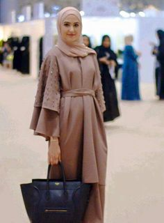 5 Tips for Choosing your Hijabi Graduation Outfit – With . Abaya Designs, Hijab Dress Party, Hijab Outfit, Abaya Fashion, Modest Fashion, Estilo Abaya, Abaya Mode, Fashion 2017, Fashion Outfits
