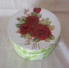 Scatola cilindrica in cartone cm. 15x8 trattata con acrilico bianco e verde  con effetto spugnato e decorata con carta da decoupages rose rosse