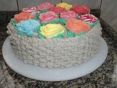 bolo decorado com rosas chantilly