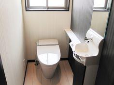 スリムなキャビネット付の手洗いでトイレ空間を広々スペースに。