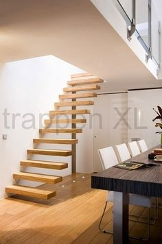 Stalen trap met oude eikenhouten traptreden rene houtman for Wat kost een houten trap
