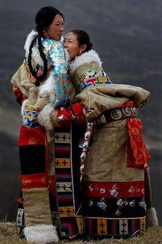 Tibetan women. Meu bem, tenha paciência. Não sei brincar de esconde, esconde em redes sociais. LINDAS ROUPAS!!