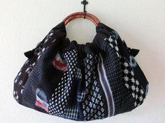 絣の着物地を縫い合わせ、リングバッグを作りました。 以前紹介したものと柄の配置違いです。 布の合わせ方で、いろんな雰囲気を出してくれる絣地。 ほぼ紺地なので、さわやかなイメージのバッグになりました。 パッチワークしていますが、キルト芯は入っていません。 持ち手は籐のリングです。...