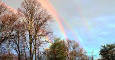 """Una mujer de Long Island , Nueva York, llamada Amanda Curtis, tuvo la suerte de poder captar el arco iris más raro que se pueda encontrar: un arco iris cuádruple. Esta foto tan increíblemente rara y el entusiasmo que despertó cuando se volvió viral, hacen recordar aquel otro vídeo, viral también llamado """"Arco iris doble"""" de Paul Vasquez."""