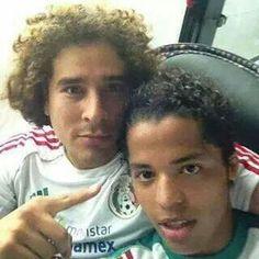 Memo Ochoa y Govani dos Santos.