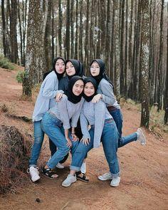 Hijab Jeans, Ootd Hijab, Girl Hijab, Modern Hijab Fashion, Muslim Fashion, Muslim Beauty, Kebaya Muslim, Islamic Girl, Girl Friendship